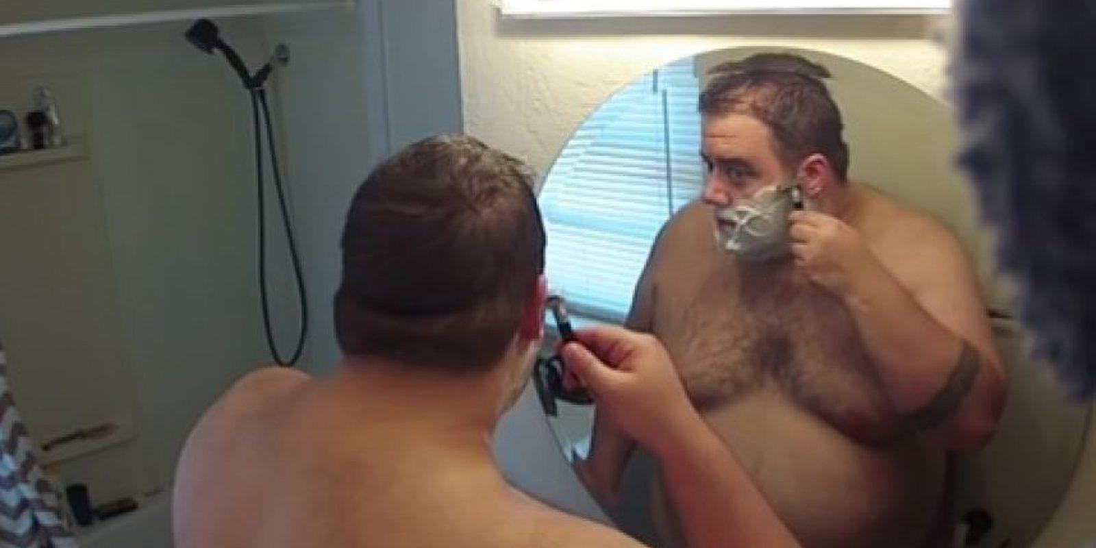 Su barba llena de salsa picante luego de afeitarse Foto:Vía youtube