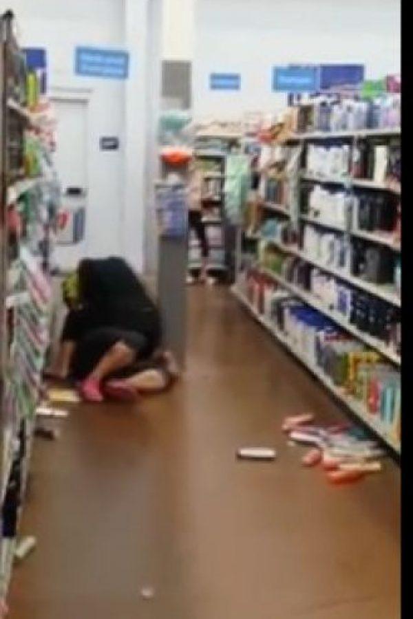 """""""Johnny, golpéala en la cara"""", se le oye decir a la madre en el video. Y el niño obedece: comienza a golpear a la otra mujer con una botella de champú, informó """"Fox59"""". Foto:Vía Fox59"""