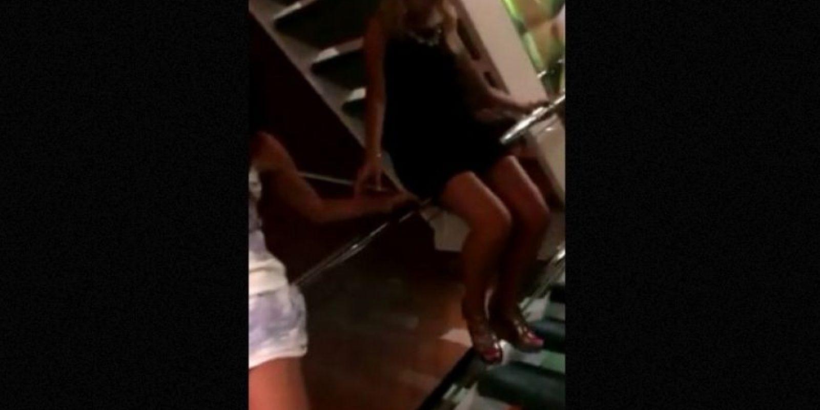5. Mujer cae dramáticamente por las escaleras y el video se hace viral Foto:Facebook.com