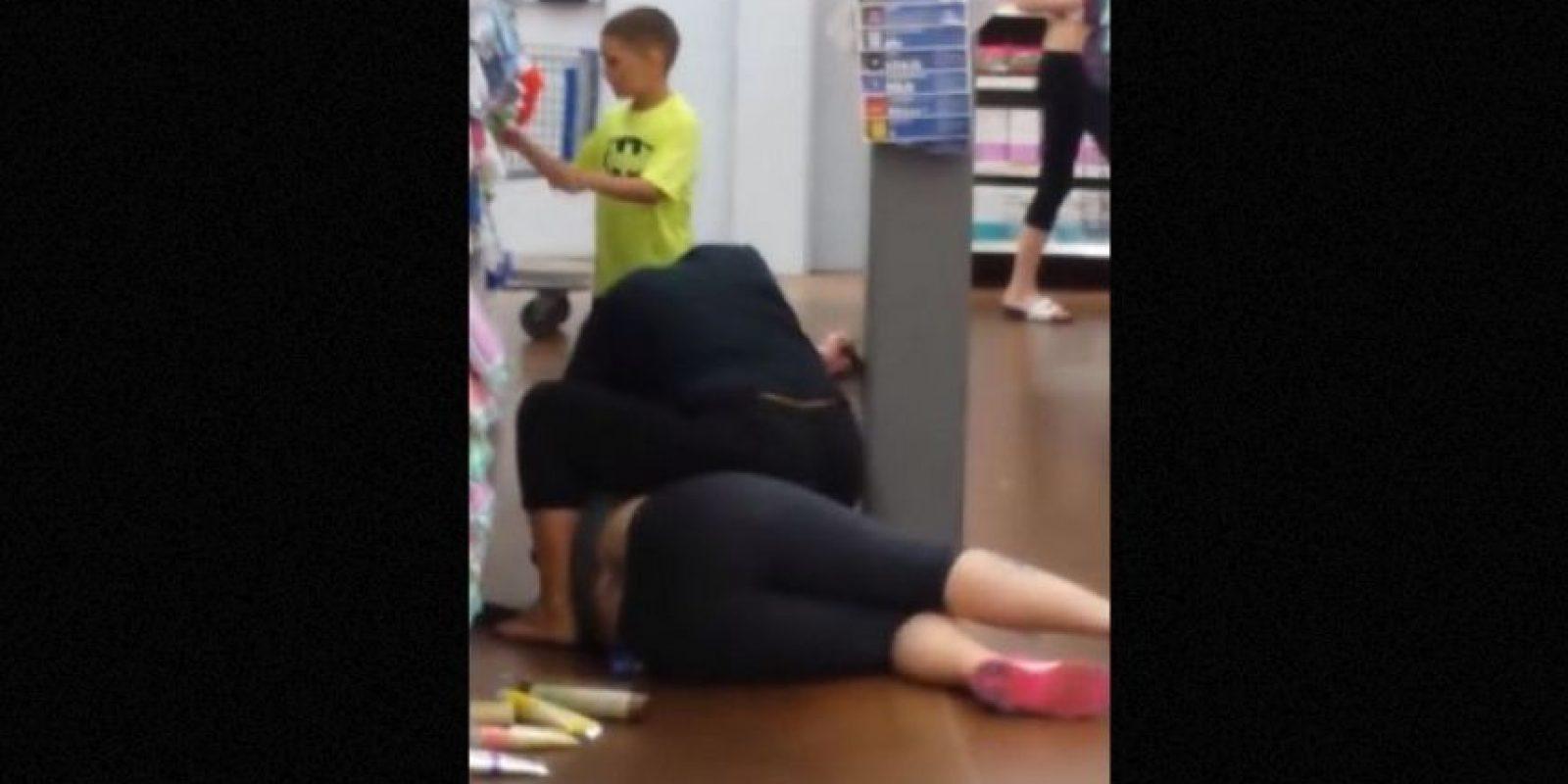 4. Niño se une a su madre para pegarle a otra mujer en supermercado Foto:vía Youtube/Richard Marye