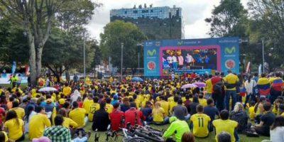 Cientos de seguidores colombianos disfrutan del partido. Foto:Twitter / @AlcaldChapinero