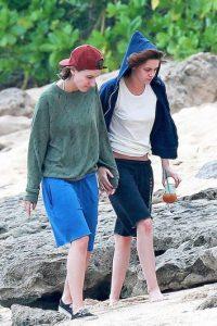 En algunas imágenes publicadas por el diario británico se puede ver un acercamiento entre las dos chicas, sin embargo las fotos son de espalda y no se podría asegurar si en realidad hubo besos o no. Foto:The Grosby Group