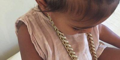 Aunque… ¿Cuántos niños de su edad tiene el privilegio de lucir joyería de este tipo (y precio)? Foto:vía instagram.com/kimkardashian