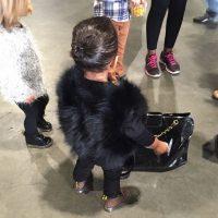 En febrero, la niña lució un supuesto abrigo de piel de zorro, según los especialistas en pieles, Jody Wolfe y Marc Kaufman. Foto:vía instagram.com/kimkardashian