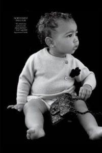 """5.- Con 14 meses de edad debutó en la revista """"CR Fashion Book"""", donde lució un chaleco cardigan y una cartera negra de Chanel Foto:vía instagram.com/kimkardashian"""