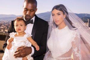 Incluso el día de la boda de Kim y Kanye West, la pequeña lució un vestido a juego con el de la novia. Foto:vía instagram.com/kimkardashian
