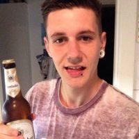 Charlie Fisher, un trabajador de supermercado de 20 años, las tenía delirando de amor por más de seis meses. Foto:vía Twitter