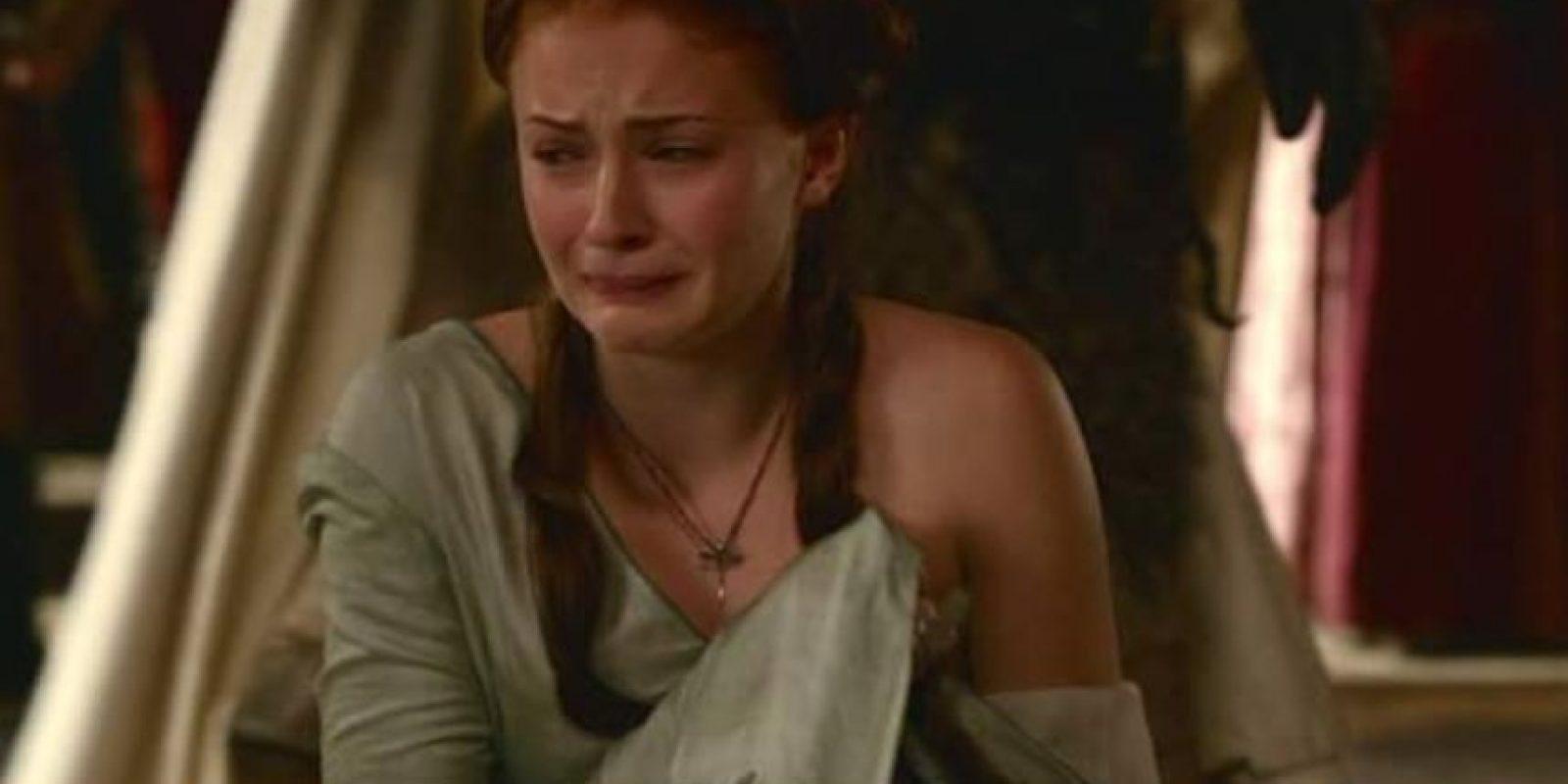"""4. En la segunda temporada, """"Joffrey"""" hace que """"Sansa"""" mire la cabeza decapitada de su padre. También la humilla en público y va a desnudarla ante la corte, pero """"Tyrion Lannister"""", tío del rey, la salva. Foto:vía HBO"""