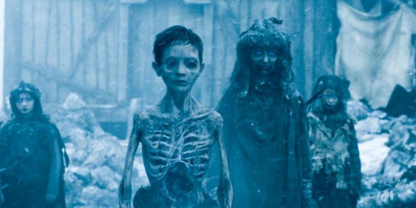 """15. """"Jon Snow"""" y los salvajes se enfrentan a """"Los Otros"""", un ejército de personas que han muerto más allá del Muro. Estos niños muertos devoran a una salvaje. Foto:vía HBO"""
