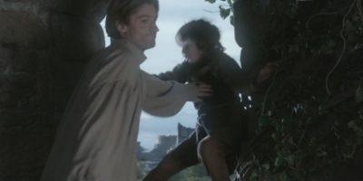 """1. """"Jaime Lannister"""", hermano de la reina """"Cersei"""" y también su amante, empuja a """"Bran Stark"""" de una torre, al este haberlos descubierto teniendo relaciones sexuales. Foto:vía HBO"""