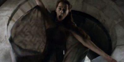 """12. """"Lisa Tully"""", celosa de la atracción de su marido """"Petyr"""" hacia """"Sansa Stark"""", su sobrina, trata de empujarla por el foso de la Luna, pero es empujada por """"Petyr"""", su esposo, que antes le confiesa que nunca la amó a ella sino a la madre de """"Sansa"""", """"Catelyn"""". Foto:vía HBO"""