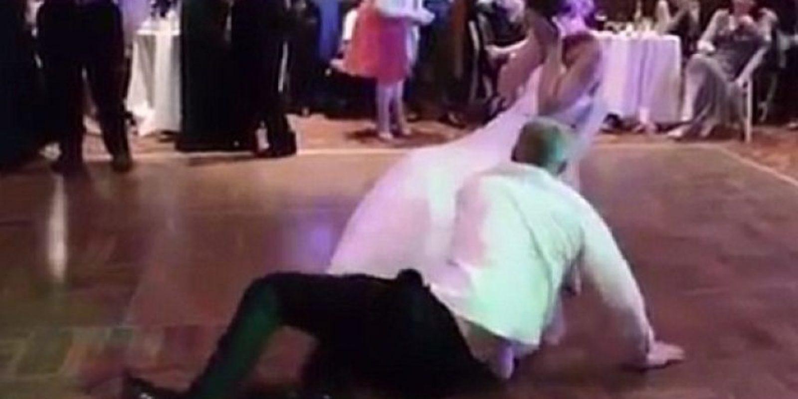 """Cuando cae mientras intenta bailarle de forma """"sexy"""" Foto:Vía Youtube / Lussy Dan"""