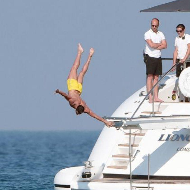 El futbolista merengue fue captado en un yate disfrutando de las playas de Saint Tropez, Francia. Foto:Grosby Group