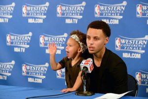 En las conferencias de prensa, Riley hace diversos gestos que cautivan a los presentes: bosteza, sonríe, saluda a la prensa y le arrebata a su padre el micrófono. Foto:Getty Images