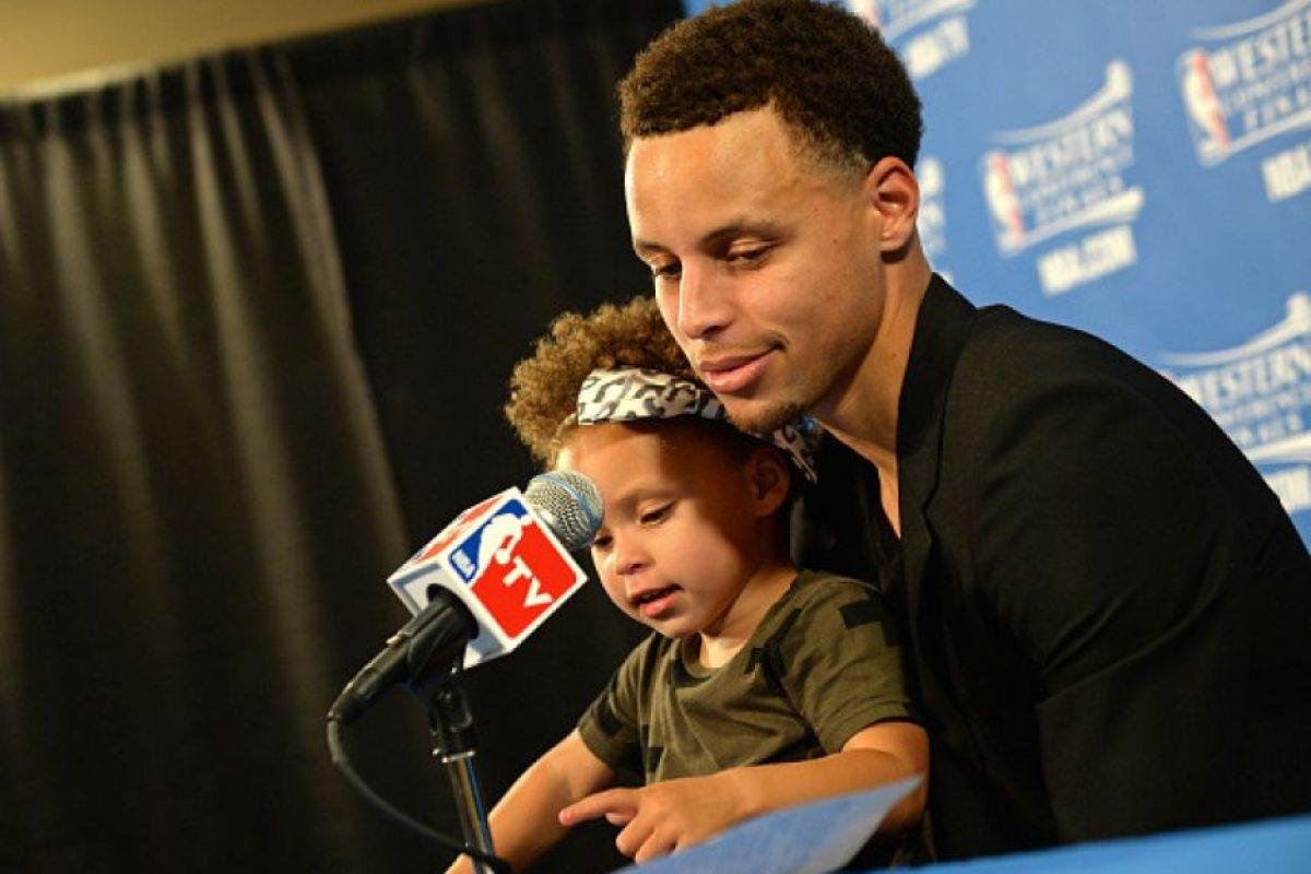 """Ella, nacida en 2012, es su compañera inseparable. Aparece en todos lados con Curry, y entonces, todas las miradas se centran en la niña y no en el """"MVP"""". Foto:Getty Images"""