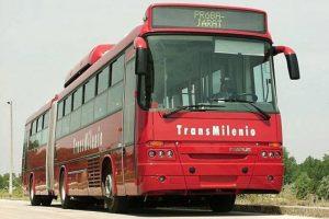 Este fue el primer bus articulado de TransMilenio. Recorrió la ciudad en el año 2000. Foto:Facebook / Mi Bogotá