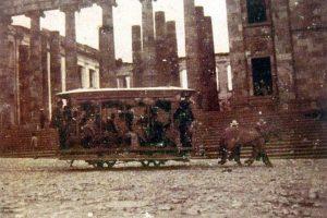 Uno de los primeros medios de transporte con el que contó la ciudad fue el tranvía halado por burros. Foto:Facebook / Fotos Antiguas de Bogotá
