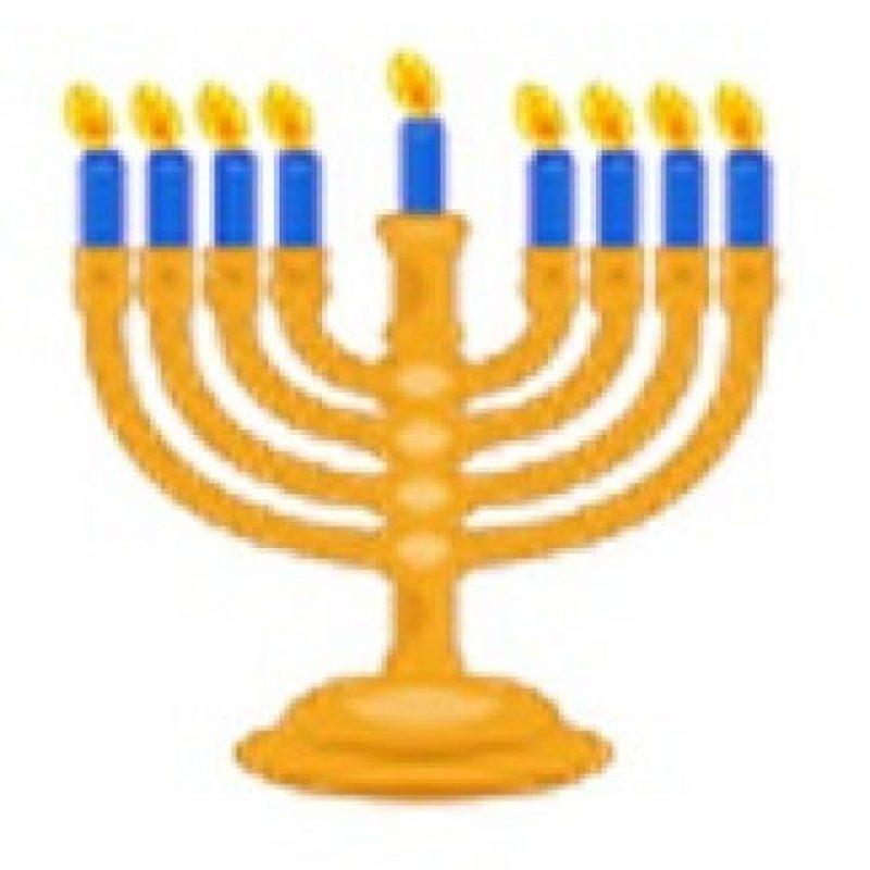 Menorá con nueve velas. Foto:emojipedia.org