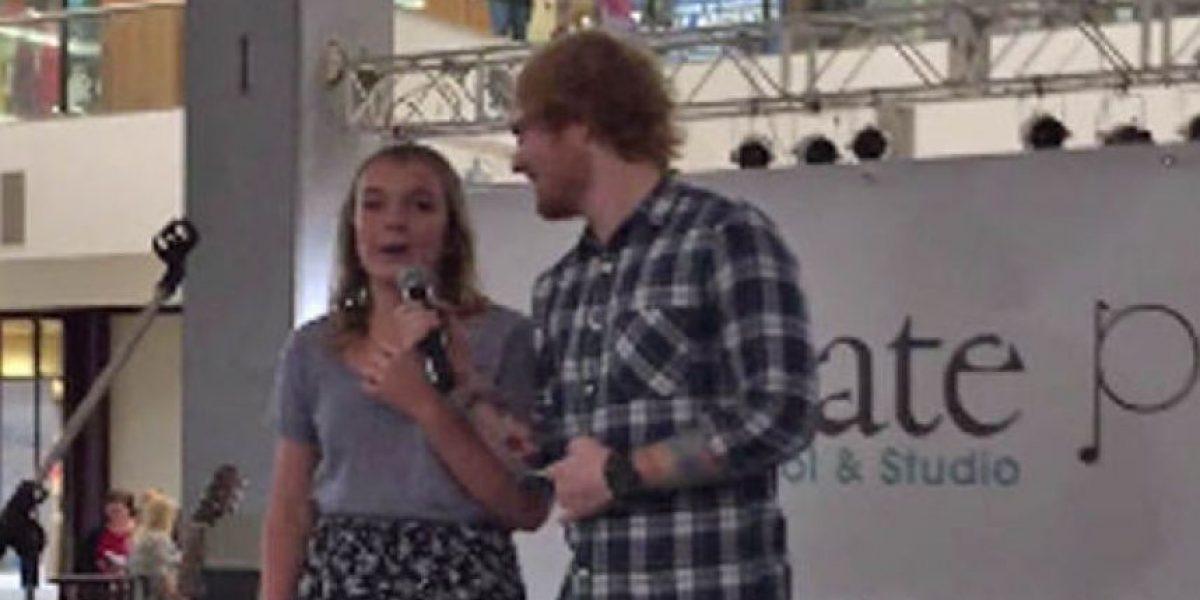 VIDEO: Ed Sheeran sorprendió a una fan en un centro comercial