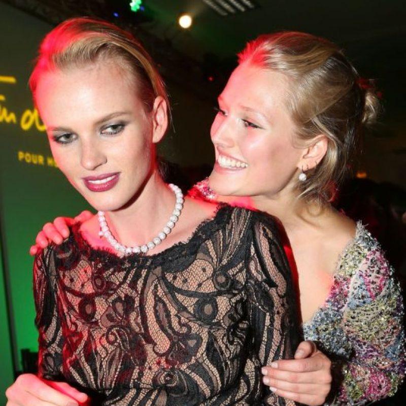 La joven también estuvo con DiCaprio. Y acá con otra de sus novias. Foto:vía Getty Images