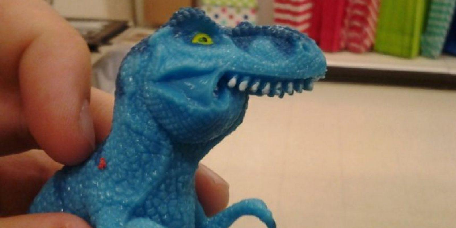 Este pequeño dinosaurio con una evidente disfunción maxilar es ahora el protagonista de los memes que pululan en las redes sociales. Foto:vía Twitter
