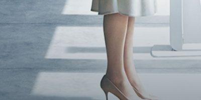 Con estos stilettos color crema. Foto:vía Universal