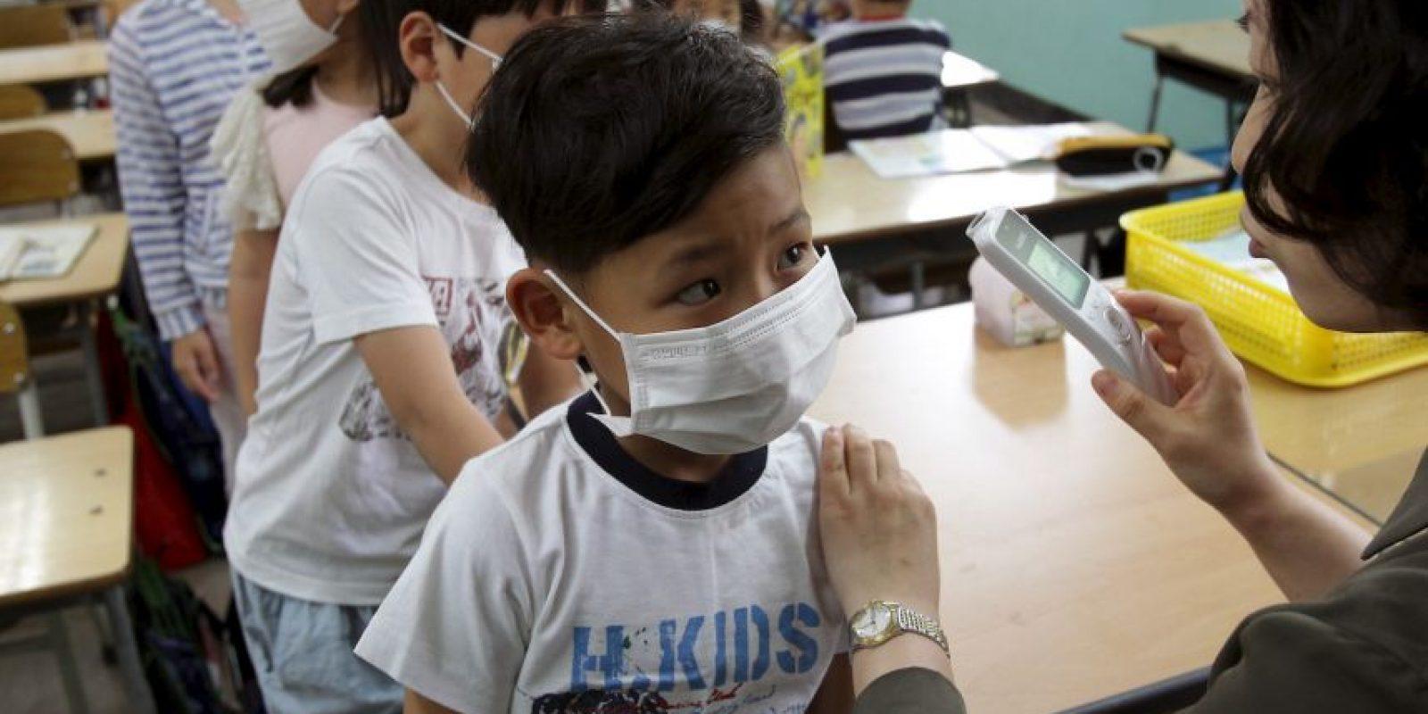 7. Se cree que el virus se contagia al tener contacto con una persona enferma. Foto:Getty Images