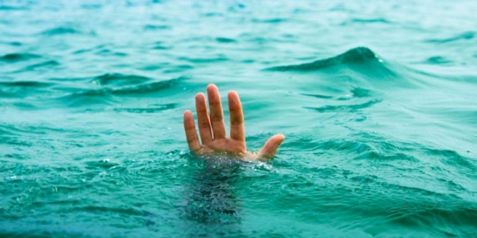 El niño perdió los flotadores que sostenían sus brazos. Foto:vía Getty Images