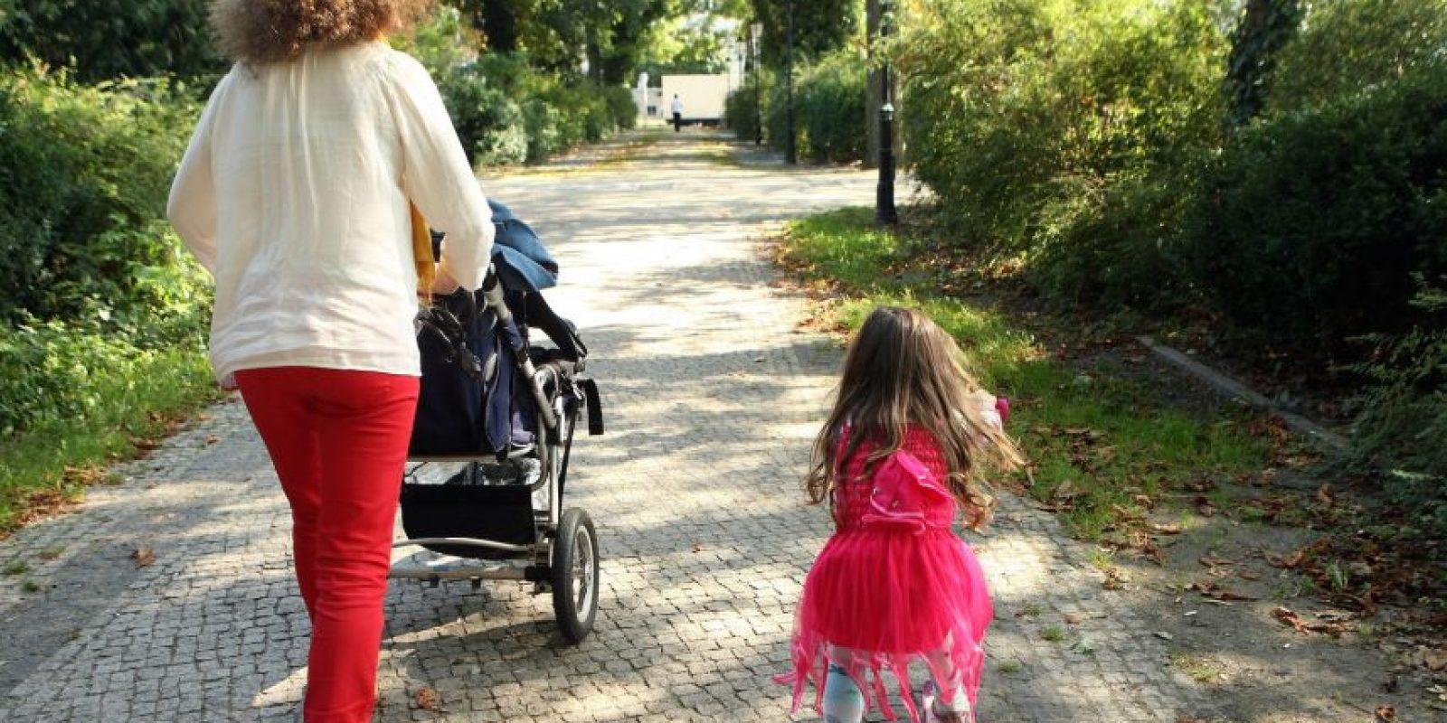 Es más probable que el hijo de la joven madre repita su mismo patrón. Foto:vía Getty Images