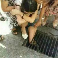 1. Enviar mensajes mientras van caminando por la calle. Esto debido a que puede sucederles lo que a esta chica. Foto:Vía Da News
