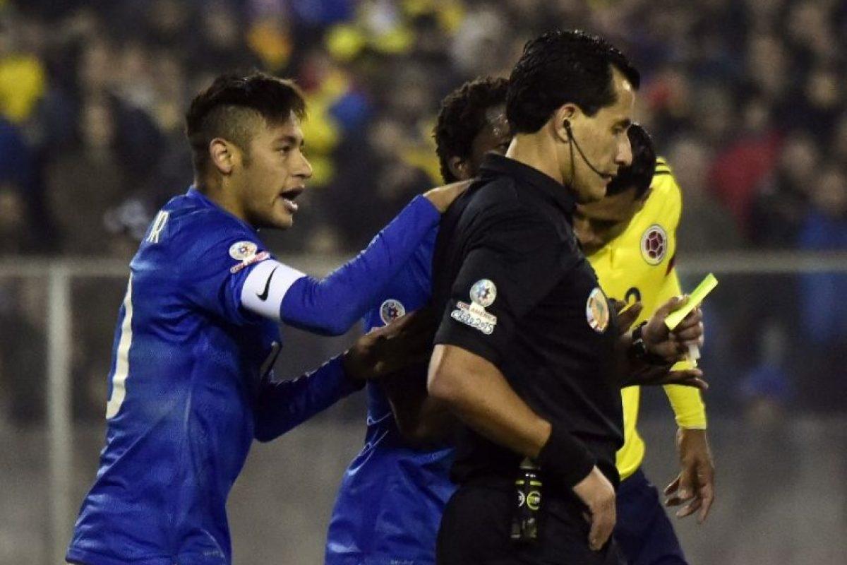 Después de los 90 minutos, el árbitro Enrique Osses expulsó a Neymar y Carlos Bacca Foto:AFP