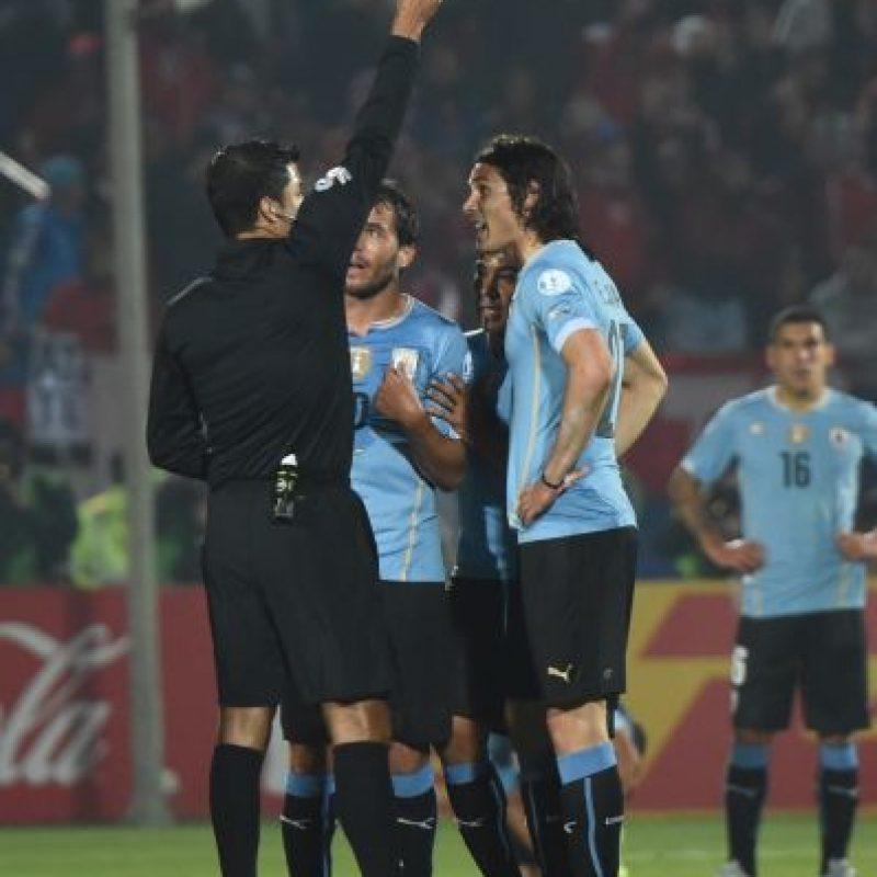 El brasileño Sandro Ricci expulsó a Edinson Cavani en los cuartos de final entre Chile contra Uruguay Foto:AFP