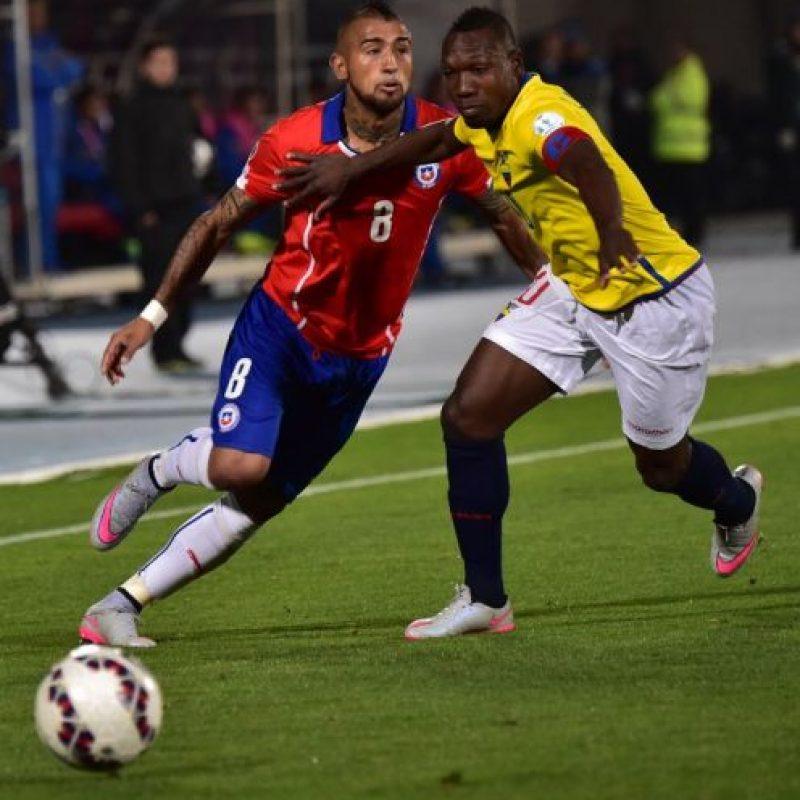 Néstor Pitana cobró un dudoso penal sobre Arturo Vidal en el debut de Chile Foto:AFP