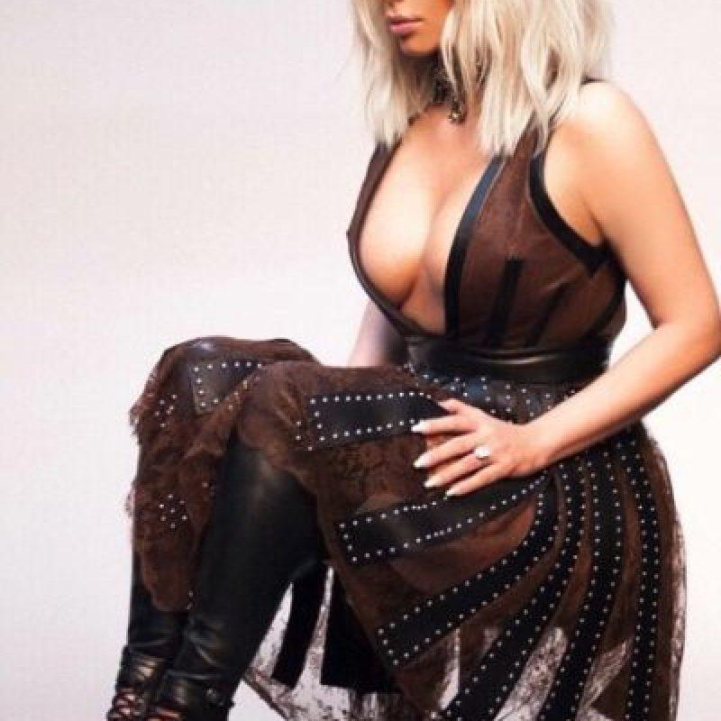 Kim sabe lo que es usar bastante cinta para mantener su busto en su lugar Foto:vía instagram.com/kimkardashian
