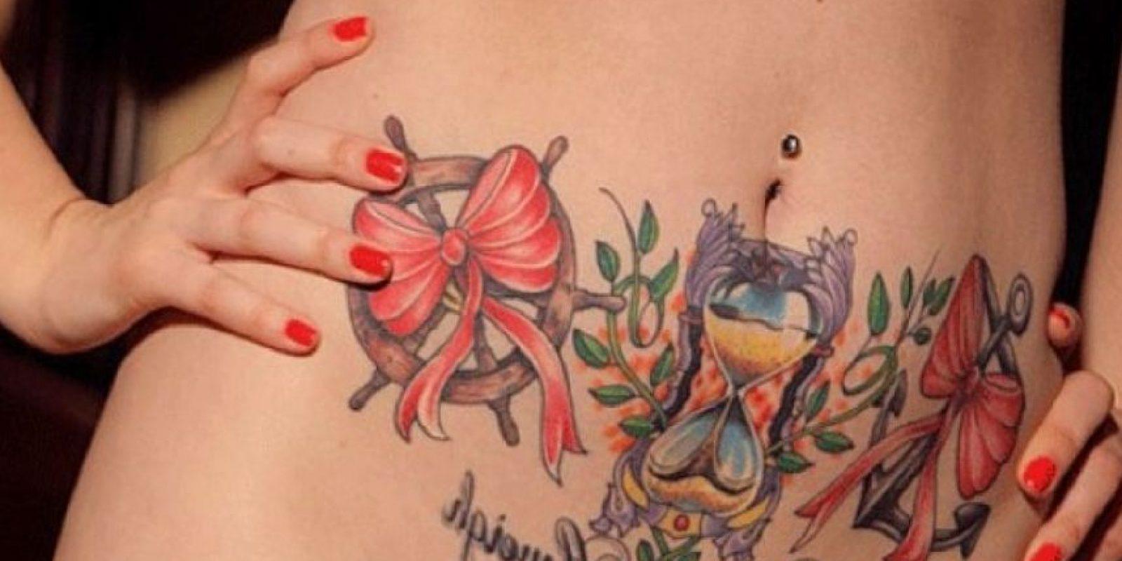 Cuando dicho análisis se iluminó, los médicos asumieron que el cáncer se había propagado por medio de los ganglios linfáticos hacia el cuello del útero y Trompas de Falopio. Ante ello, retiraron sus órganos. Foto:Tumblr.com/Tagged-tatuaje