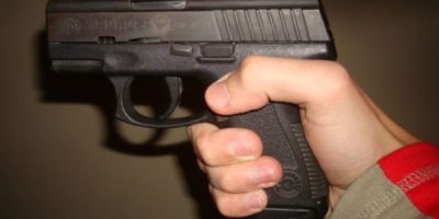 Su marido Michael trató de quitarle el arma, pero terminó herido. Amanda, por su parte, le dijo a la Policía que creía que el arma no estaba cargada. Se apuntó a sí misma para hacer enojar a su marido, reportó el canal local WESH-TV. Foto:Wikimedia