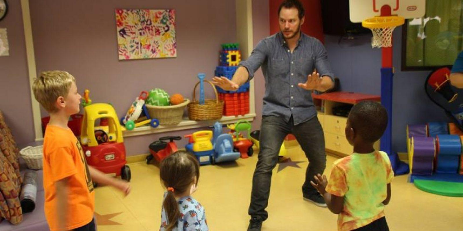 """El actor jugó con los pequeños como si fueran parte del zoológico de dinosaurios de """"Jurassic World"""" Foto:vía facebook.com/ololchildrens"""