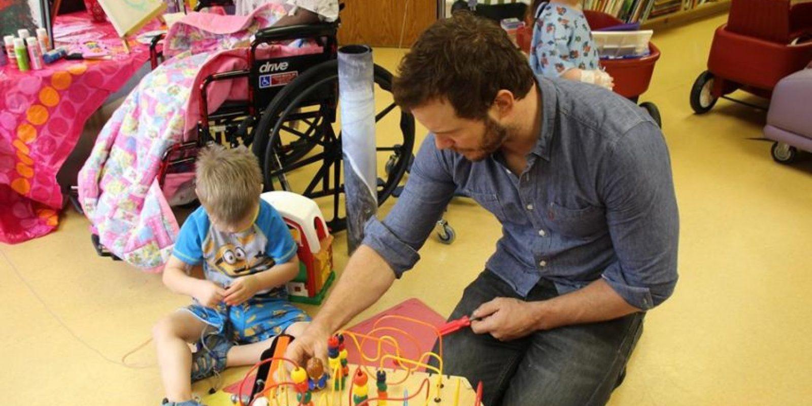 """En el pasado, se unió a Chris Evans (""""Capitán América"""") para alegrar a los niños del Seattle Children´s Hospital. Foto:vía facebook.com/ololchildrens"""