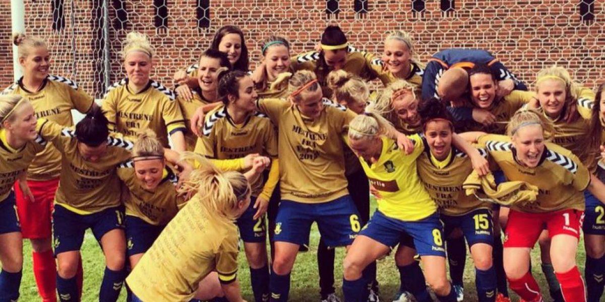 Equipo de fútbol femenino celebra título con polémica foto