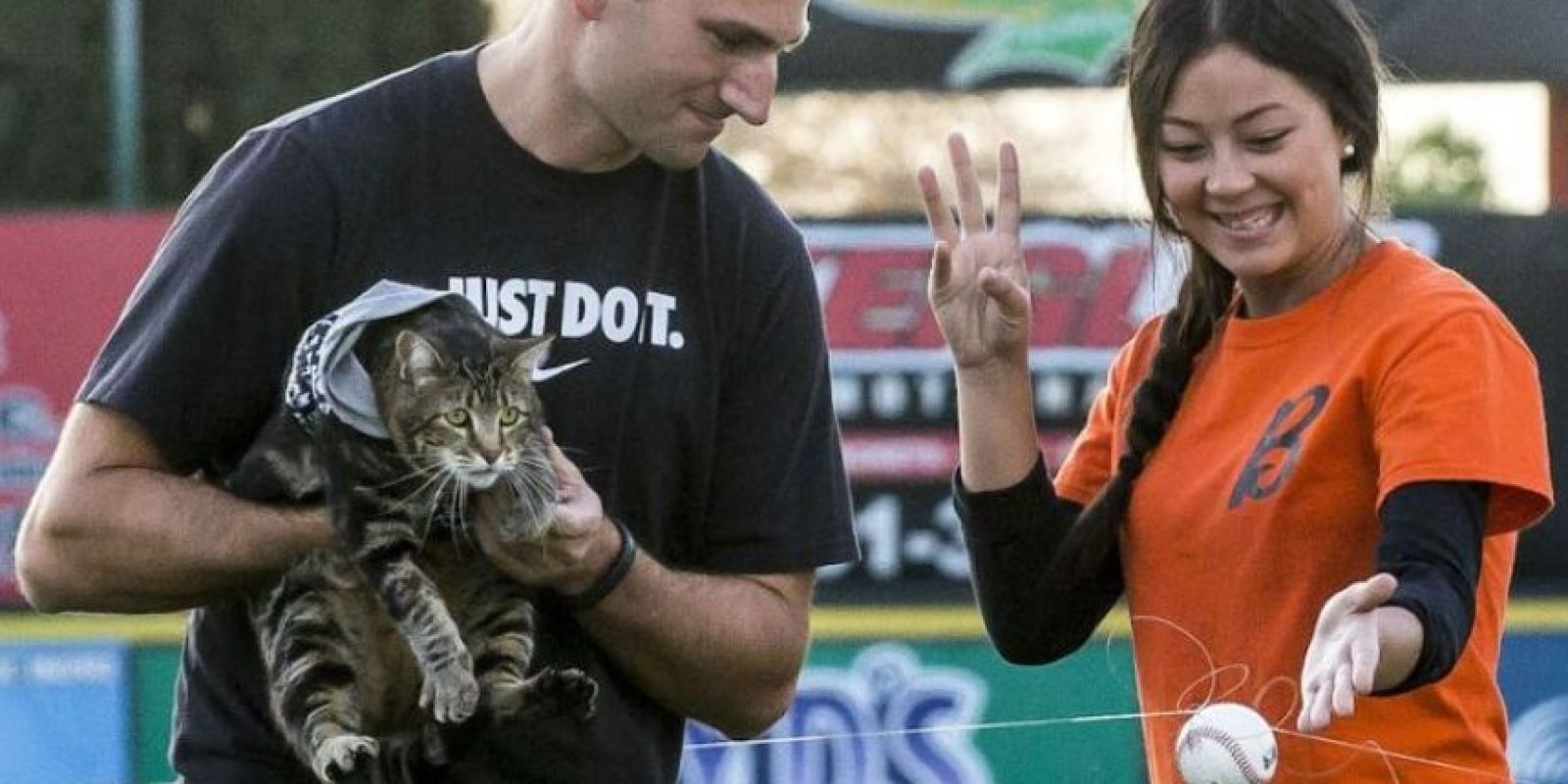 Tara fue invitada a lanzar la primera pelota en un juego de los Bakersfield Blaze de las Ligas Menores de Béisbol en Los Ángeles, California. Foto:AP