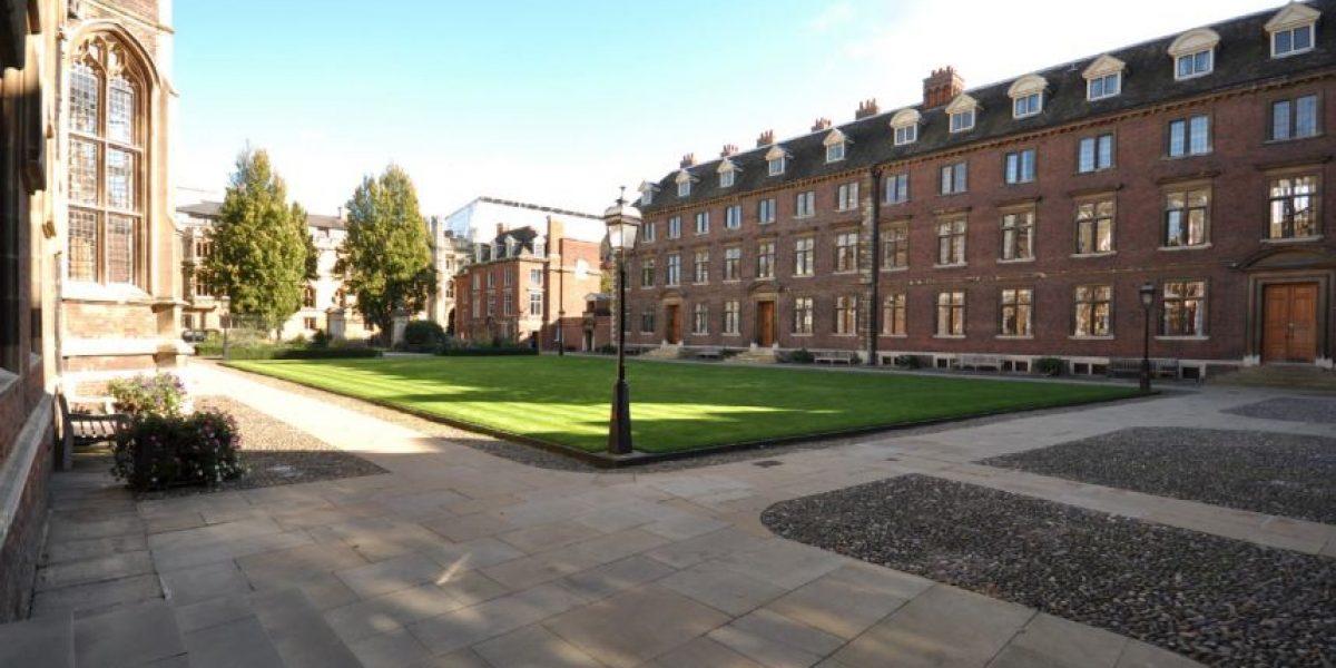 Colegio de Cambridge permite a los hombres usar faldas en cenas formales