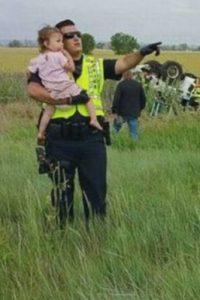 Este agente se convirtió en un héroe para la pequeña de dos años. Foto:Jessica Matrious/Facebook