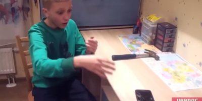 La expresión del niño al ver el celular roto. Foto:YouTube