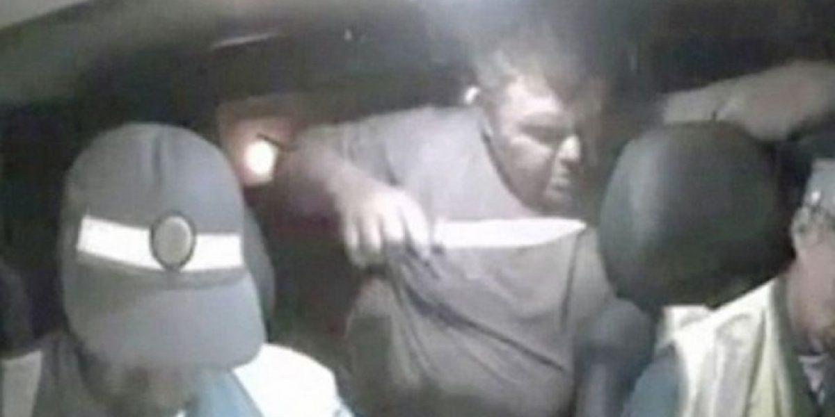 Hombre asesina a policía con un cuchillo y queda registrado en imágenes