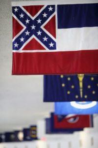 Tras declaraciones de Dylann Roof, culpable de la masacre, la bandera evoca la época de la esclavitud en Estado Unidos. Foto:Getty Images