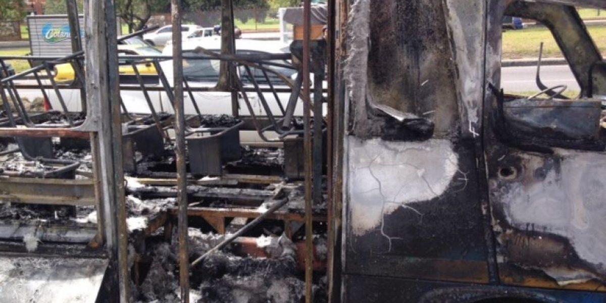 FOTOS: Así quedó bus del SITP que se incendió en la Boyacá