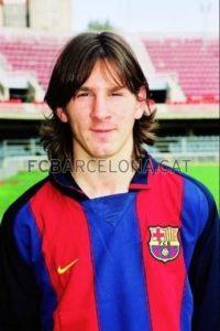 """Pero una actuación espectacular de """"Leo"""" en un partido infantil hizo que los directivos abrieran los ojos y citaran a su padre, Jorge Messi, en una cafetería y en una servilleta escribieron el """"contrato"""" con el que la """"Pulga"""" quedó ligado al equipo culé. Foto:fcbarcelona.cat"""