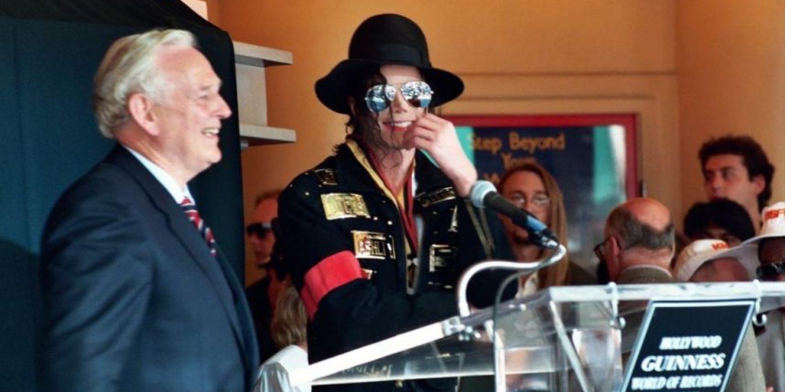 3.- De diversos colores y formas, el cantante solía usar máscaras para no contraer virus externos. Foto:Getty Images