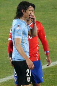 El chileno tocó el trasero de Cavani, quien se fue expulsado Foto:AFP