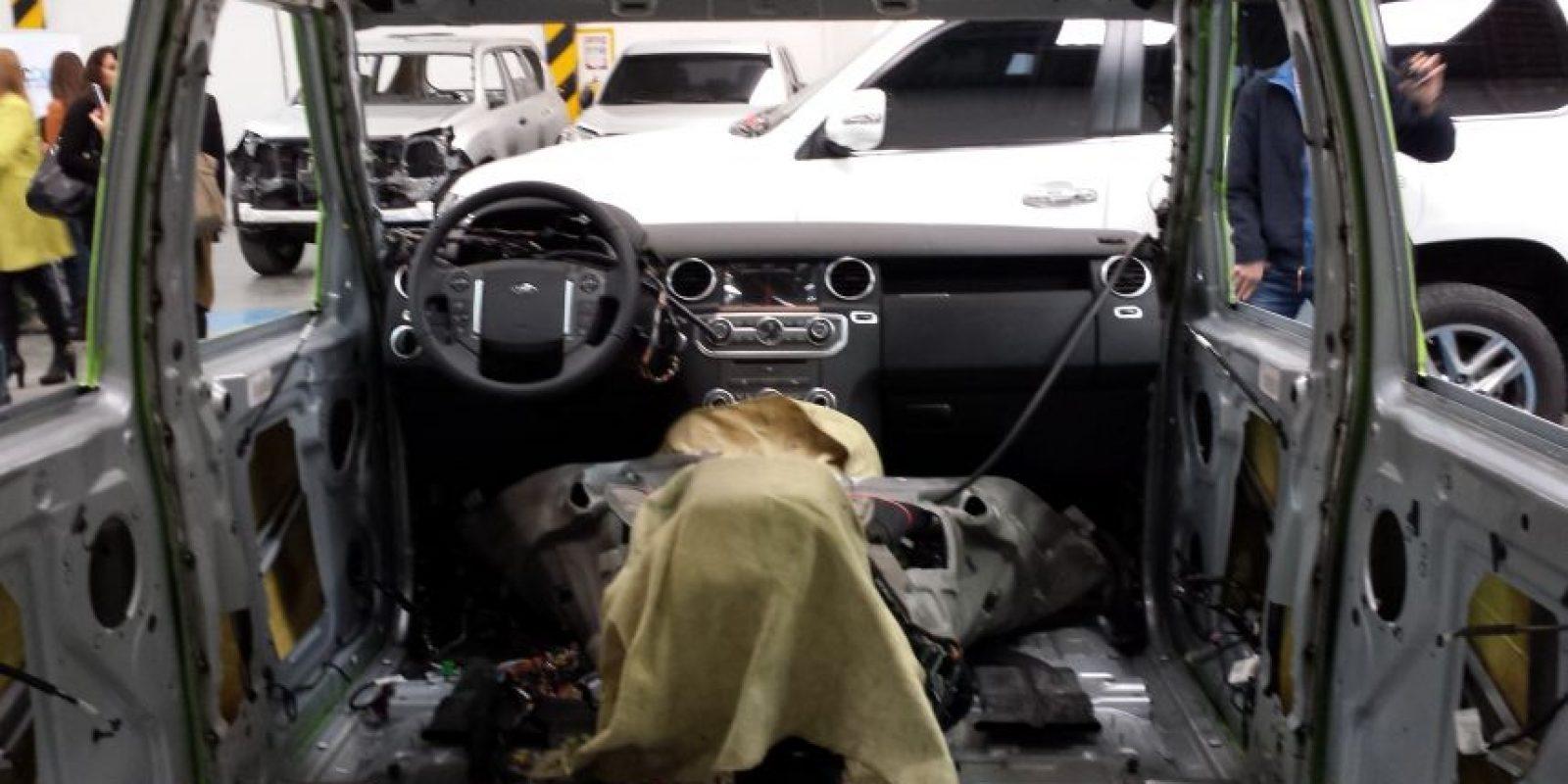 Primero se desarma el interior del vehículo y se protegen los elementos electrónicos de puertas o sillas. Foto:Juan Manuel Reyes – Publimetro